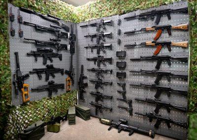 Waffenkammer mit realistischen Laserwaffen
